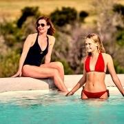 2 Frauen im Pool